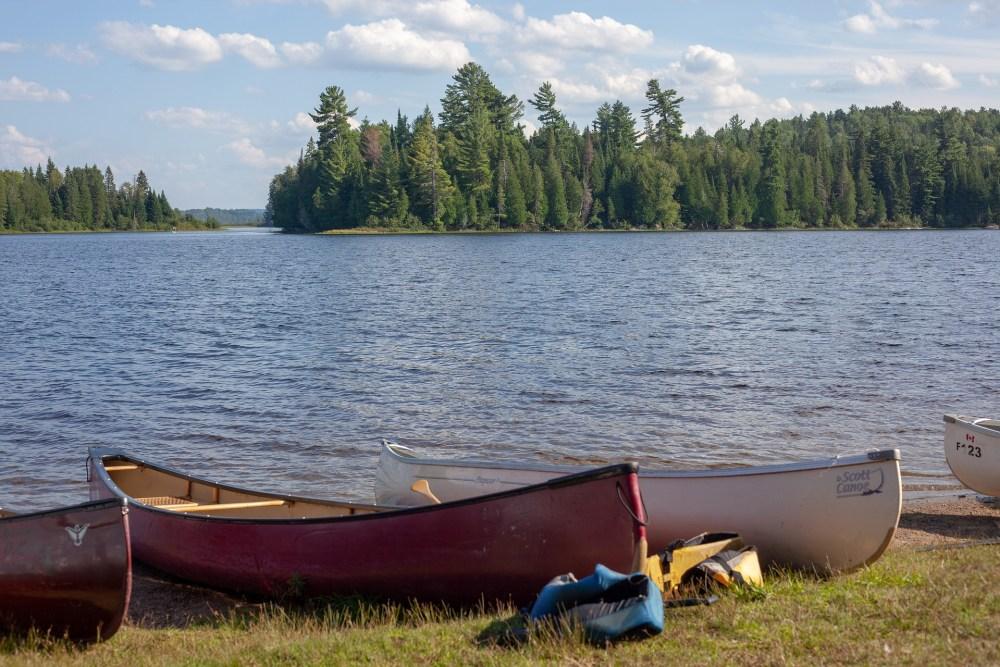 Bord d'un lac au Québec avec canot