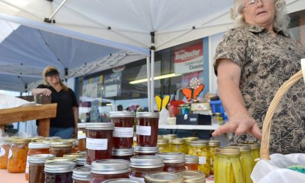 Farmer's market continues to draw crowds