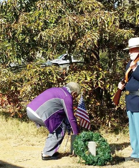 shirley-clowney-placing-the-rose-on-pvt-franklins-grave