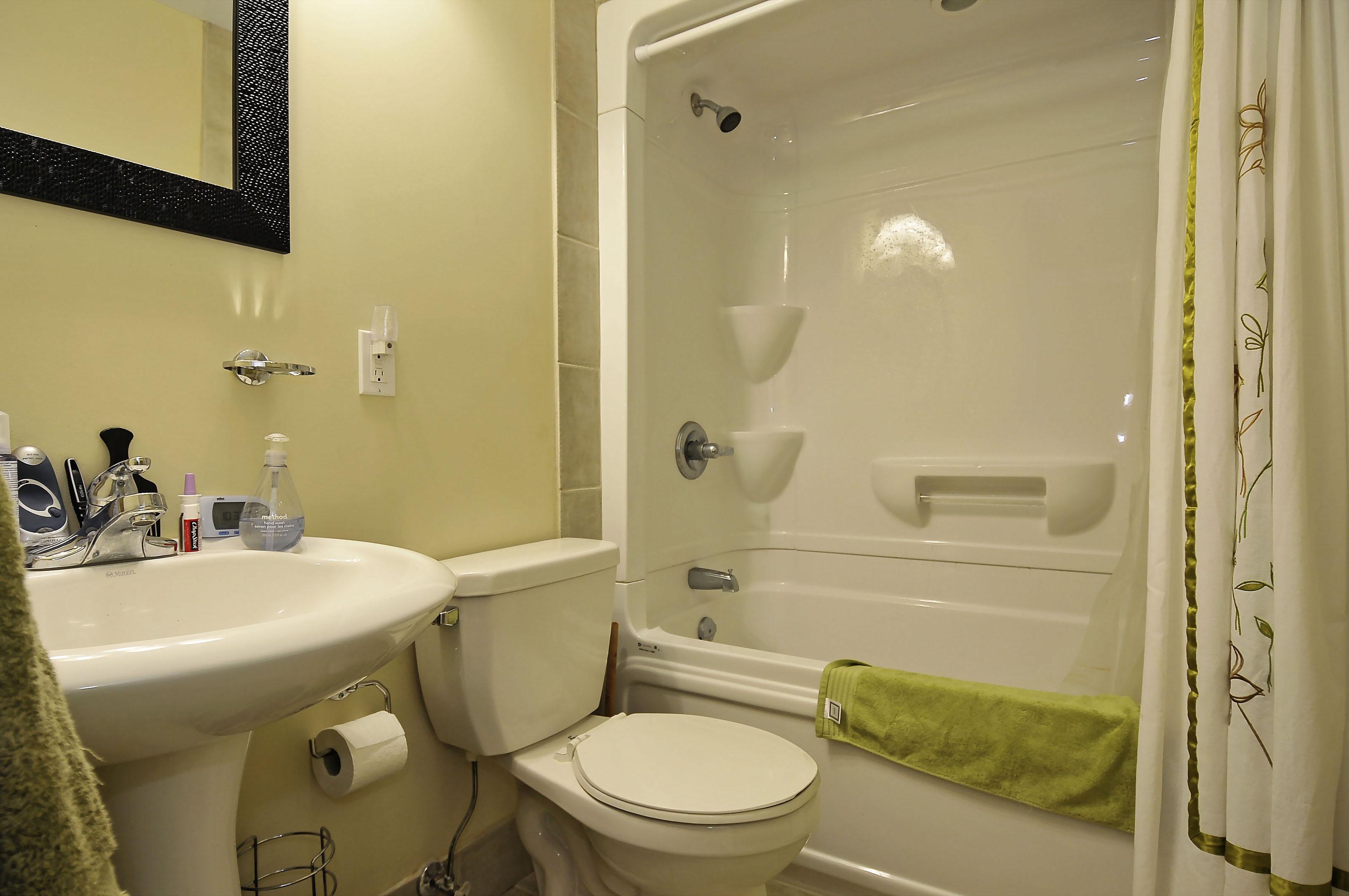 1-1127 Richard main floor bathroom