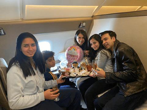 Ini perayaan ultah kecil-kecilan di pesawat bareng keluarga yang diunggah Manoj pada 28 Desember kemarin