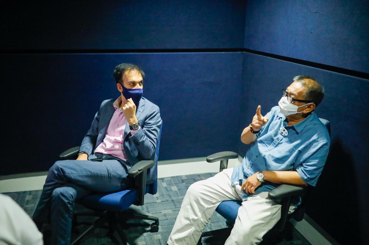 Ketemu Pak Deddy Mizwar kemarin, untuk bahas dan nonton trailer project terbaru kita! Can't wait to share it with you guys. SOON!