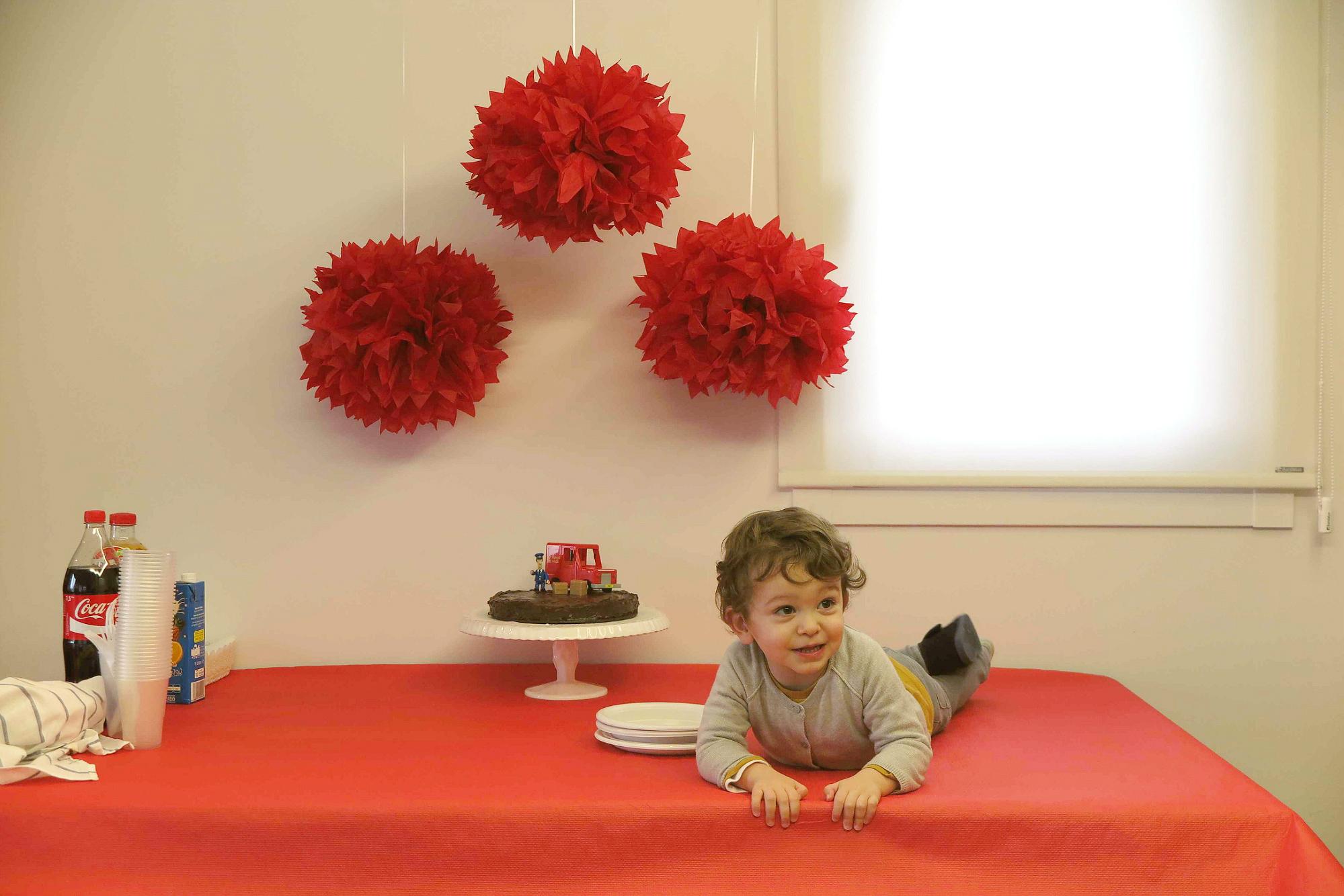 Fotografía de la mesa de cumpleaños temático de postman pat