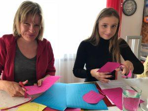 Daniela Baumann zeigt Cecile Bastelarbeit für Mda-Kids