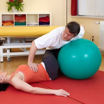 Rehabilitacja biodra - ćwiczenia z piłką