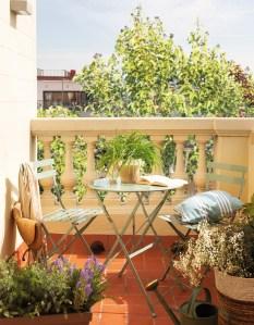 7terraza-con-plantas-y-pequena-mesa-redonda-de-exterior-00442270_828a15fe