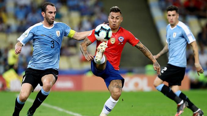Vargas disputa un balón contra la defensa Uruguaya (getty)