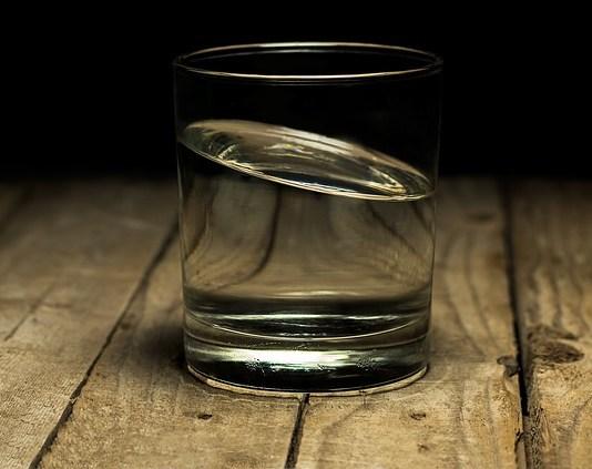 Καθάρισε τον λεκέ από ποτό στο ξύλο