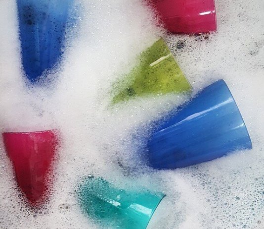 Φτιάχνουμε υγρό σαπούνι για τα πιάτα