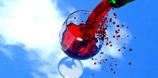 Κόκκινο κρασί σε λευκό ρούχο