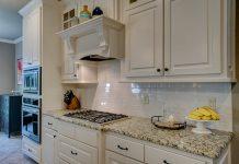 Πως καθαρίζουμε τα ντουλάπια της κουζίνας