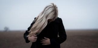 Σκόνη στα σκούρα ρούχα