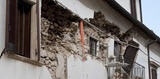 Είμαι μόνος και έγινε σεισμός