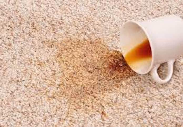 Επεσε καφές ή τσάι στη μοκέτα; Ετσι θα καθαρίσετε τον λεκέ!