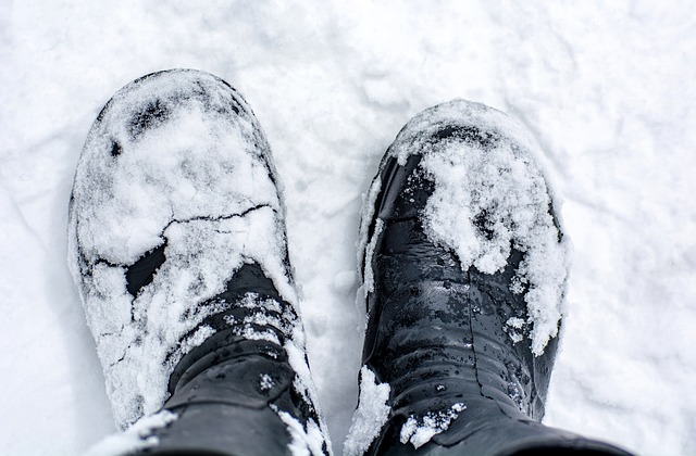 Λεκέδες χιονιού στα δερμάτινα μποτάκια