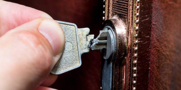 Αν σπάσει το κλειδί και μείνει το μισό στην κλειδαρότρυπα τι θα κάνεις;