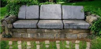 Πέτρινος καναπές στον τοίχο