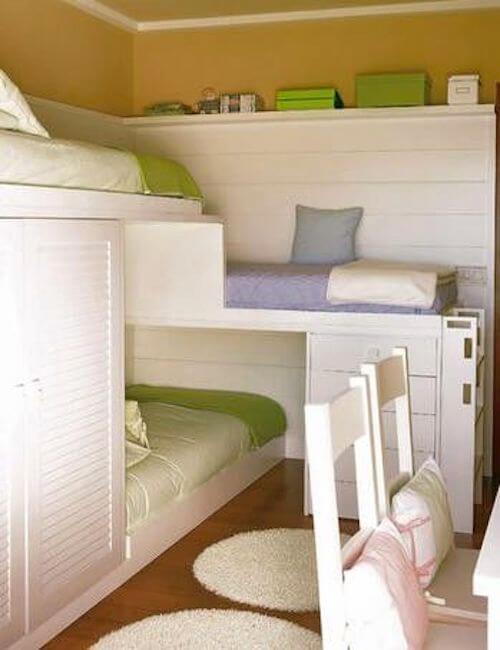 3 παιδιά στο ίδιο μικρό υπνοδωμάτιο