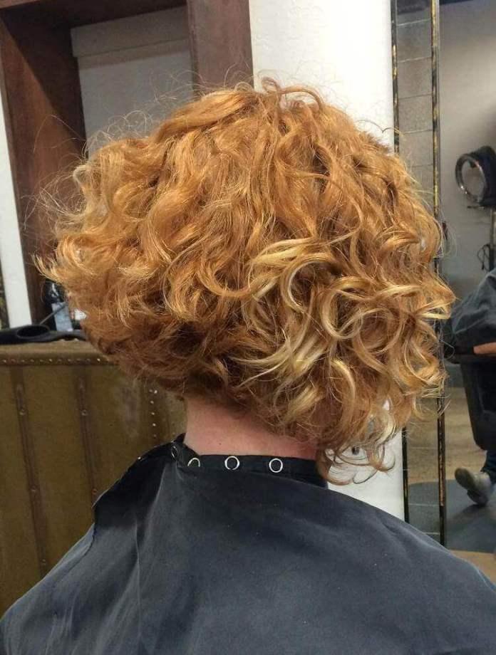 Χτενίσματα για κοντά κατσαρά μαλλιά