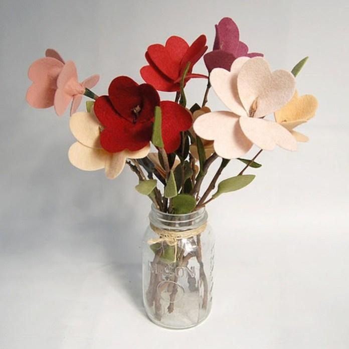 Φτιάξτε διακοσμητικά λουλούδια με τσόχα και κλαράκια