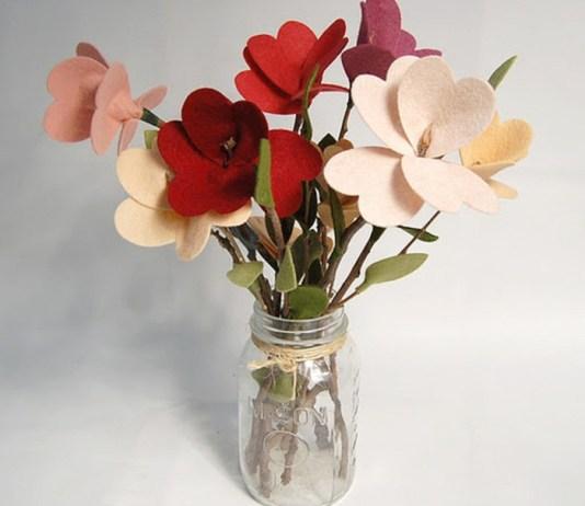 DIY διακοσμητικά λουλούδια με τσόχα και κλαράκια