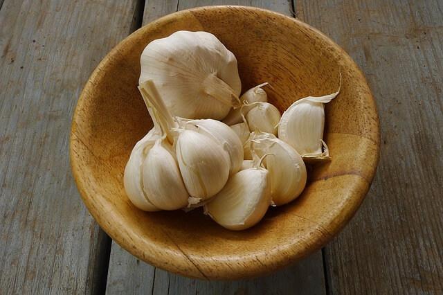 Καθάρισε τα σκόρδα χωρίς μυρίσουν τα χέρια σου