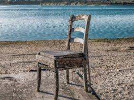 Με 2 καρέκλες και σανίδες κοίτα τι έφτιαξαν