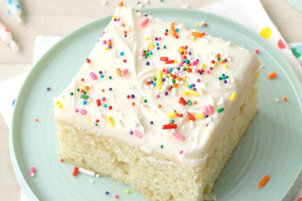 كعكة السكر مع صقيع القشدة الحامضة