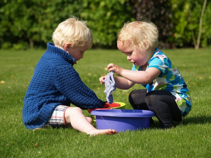 best mud kitchen items for outdoor play like washing up bowls