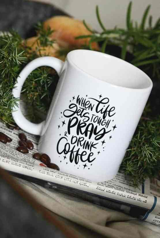 Vit porslinsmugg: When life gets tough, pray & drink coffee