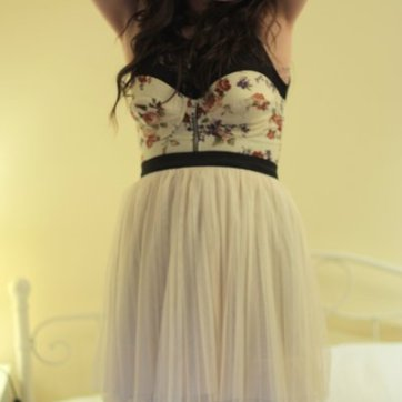 black-thrifted-top-beige-topshop-bra-beige-heaven-earth-skirt-gray-falke_400