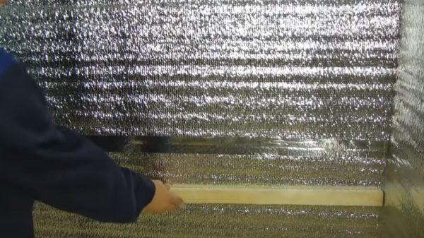 Рельстердегі тор фольга оқшаулаудың үстіне бекітілген