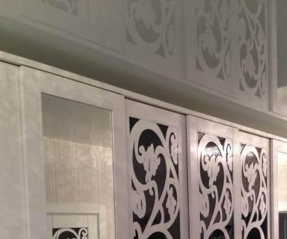 Шкаф 07 с фрезерованными фасадами и черным стеклом