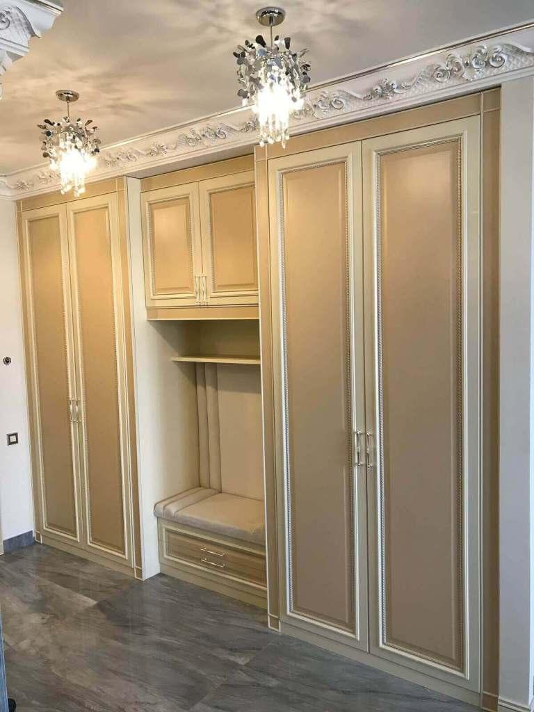 контрастный распашной шкаф в прихожую в классическом стиле