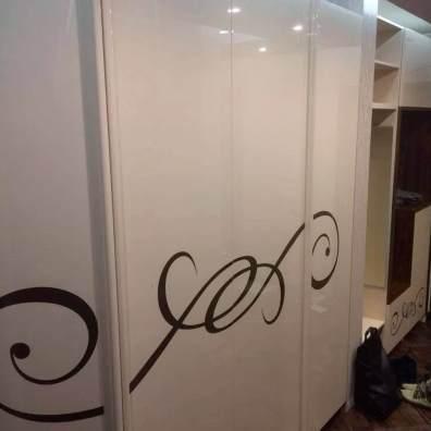 авторский глянцевый распашной шкаф кремового цвета с покраской под трафарет