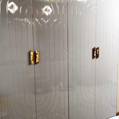 Серый распашной шкаф с дизайнерской фрезеровкой, мдф эмаль, глянец.
