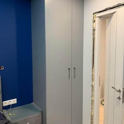 Распашной серый шкаф с дверьми разной ширины. Мдф эмаль.