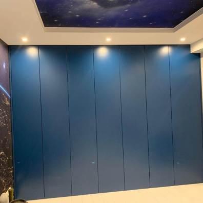 Распашной крашенный синий шкаф