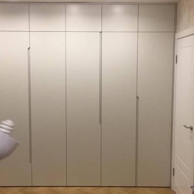 Распашной шкаф в спальню с фрезерованными ручками, материал мдф, эмаль.
