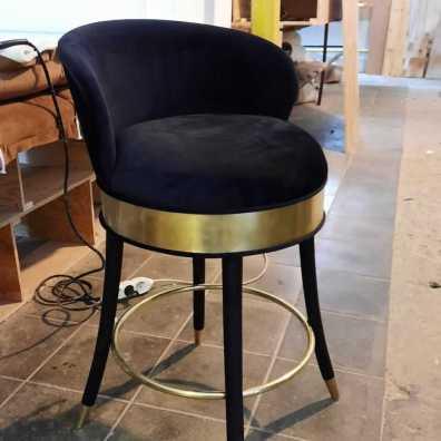 Дизайнерский барный стул С отделкой латунью.