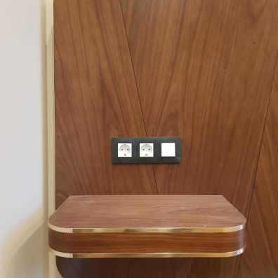 Вид на прикроватные полки с вставками из полированной латуни