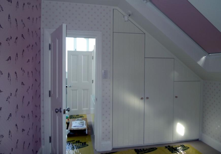 Szafy na wymiar rozwiązaniem w pomieszczeniach o nieregularnym kształcie