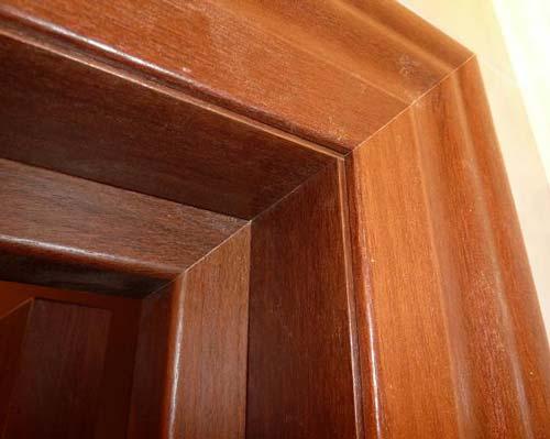 Чтобы добор хорошо встал, желательно выбирать дверные коробки с готовыми пазами
