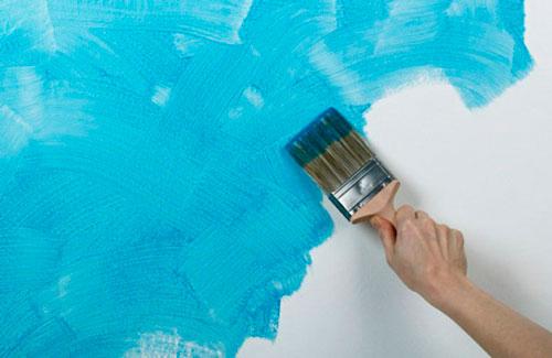 Перекраска стен с помощью кисти или фактурного валика изменит вид гостиной