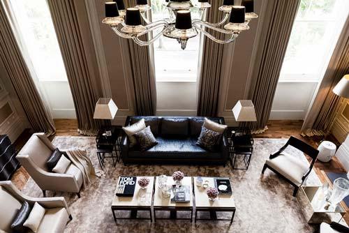 С высокими потолками можно использовать в качестве освещения большие люстры