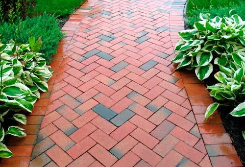 Отличное решение для садовых дорожек - использование брусчатки