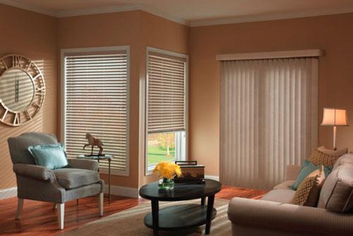 Довольно часто шторы в оформлении интерьера заменяют на жалюзи