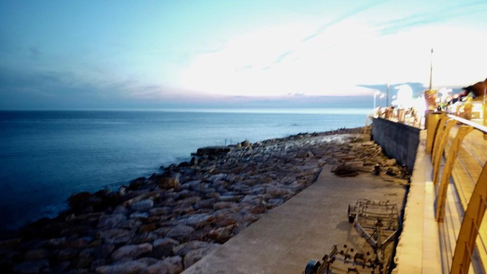 Längst strandpromenaden i Deiva Marina