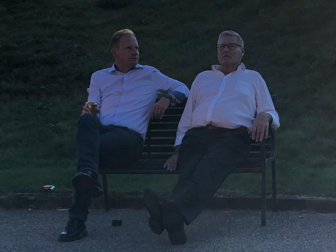 Majk och hans pappa Tommy hänger.
