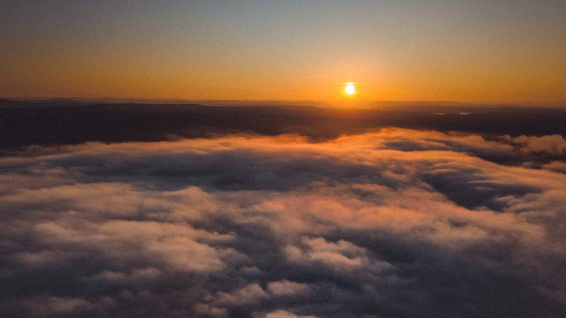 Man kan tro att det är ovan molnen men det är bara ovan havsdimman.